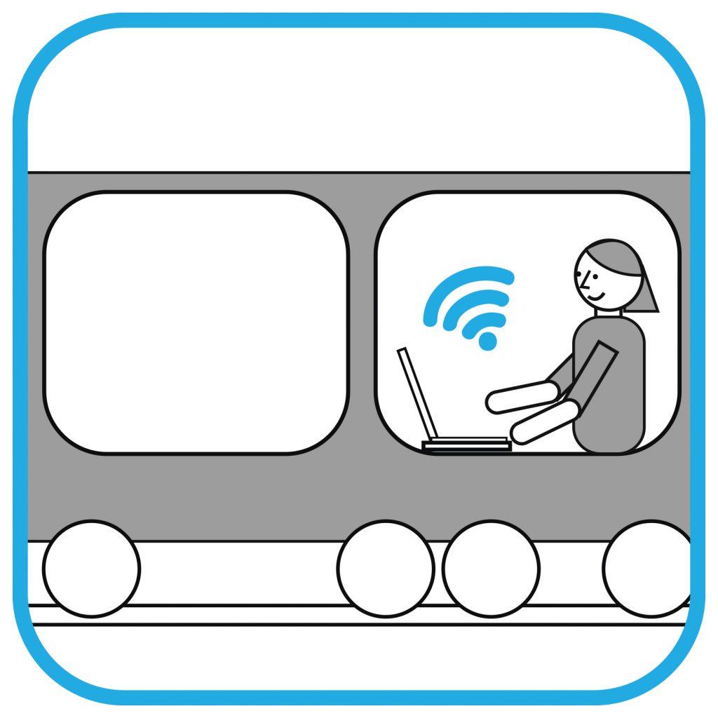Kobieta w wagonie kolejowym siedzi przed laptopem. Nad laptopem widać symbol WiFi.