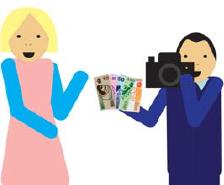Fotograf płaci modelce za zdjęcia.