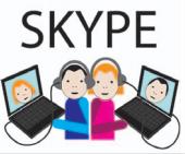 Dwie osoby rozmawiają ze sobą poprzez komunikator na komputerze. Widzą swoje twarze na monitorach i słyszą się przez słuchawki.