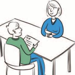 Rozmowa kwalifikacyjna. Dwie osoby siedzą przy stole i rozmawiają o możliwości zatrudnienia. Potencjalny pracownik trzyma w rękach CV.