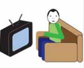 Osoba siedzi przed telewizorem na kanapie.