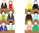 Kilka rzędów ławek, w każdej ławce siedzą dwie osoby.