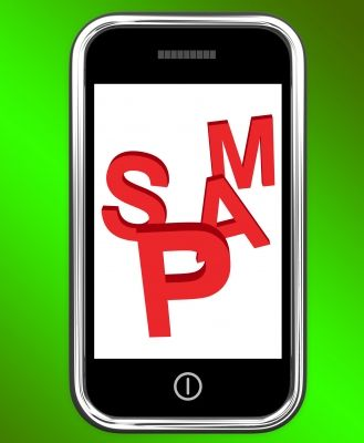 Smartfon. Na wyświetlaczu napis SPAM