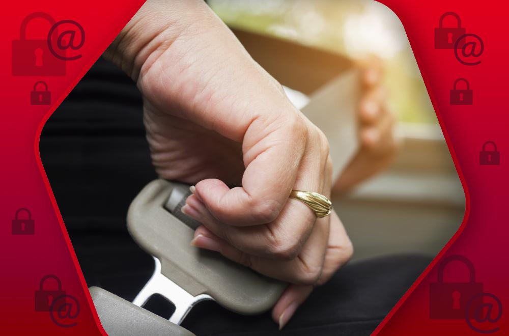 Dłoń zapinająca pas bezpieczeństwa w samochodzie