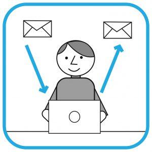 Mężczyzna siedzi przed komputerem. Po jego prawej i lewej stronie są koperty i strzałki  symbolizujące przychodzące i wychodzące maile.