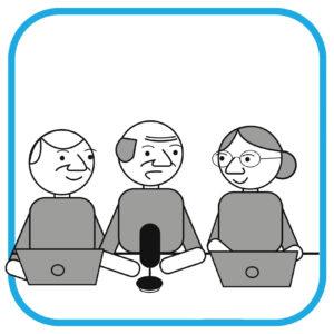 3 seniorów przed mikrofonem i laptopami. Od lewej przed komputerem mężczyzna, na środku przed mikrofonem również mężczyzna, po prawej  stronie przez komputerem kobieta.