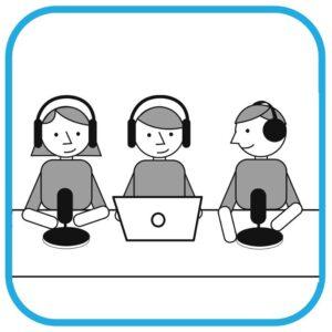 Trzy osoby przy stole. Wszystkie mają słuchawki na uszach. Od lewej: dziewczyna mówi do mikrofonu, osoba ma przed sobą komputer, trzecia osoba z mikrofonem  spogląda na pozostałe.