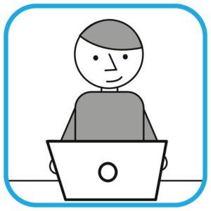 Uśmiechnięta osoba przed komputerem.
