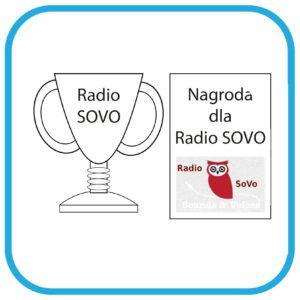 Od lewej: puchar z napisem Radio SoVo. Obok dyplom z napisem: Nagroda dla Radio SoVo.