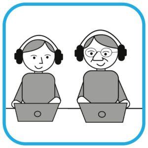 Dwie osoby w różnym wieku siedzą przed monitorami komputerów. Po nr projektu POPC.03.01.00-00-0178/19 lewek stroie nastolatek, po prawej senior. Oboje mają słuchawki na uszach.