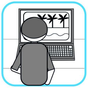 Osoba przed komputerem. Siedzi tyłem do czytelnika. Przed nią na ekranie zdjęcie z palmami i plaża.