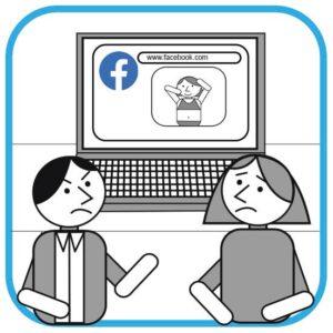 Od lewej na pierwszym planie rozzłoszczony szef rozmawia ze swoją pracownicą.  Pracownica jest smutna. Szef pokazuje na ekran komputera, a którym widać zdjęcie  pracownicy z wakacji na plaży.