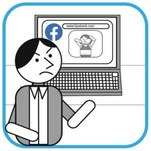 Pracodawca ogląda zdjęcie na FB swojej pracownicy. Na zdjęciu kobieta ma na sobie strój kąpielowy.