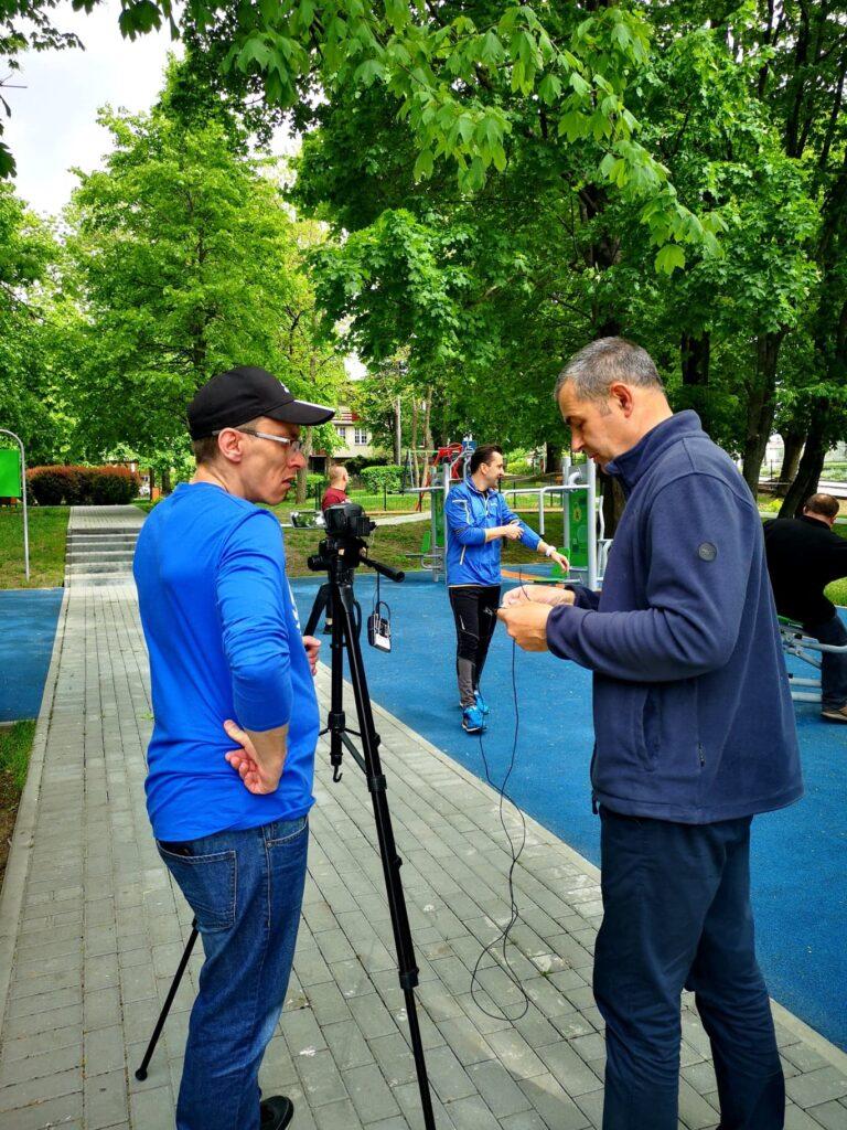 Dwóch montażystów filmu sprawdza sprzęt do nagrania filmu.