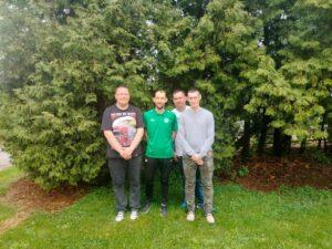 Grupa 4 mężczyzn pozuje do zdjęcia.