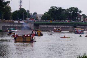 Na zdjęciu widać łodzie i most.