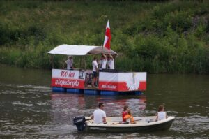 Dwie łodzie na rzece.
