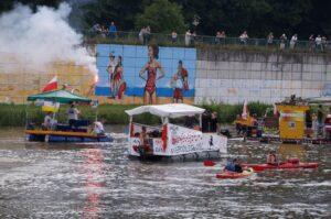 Łodzie pływają na rzece.