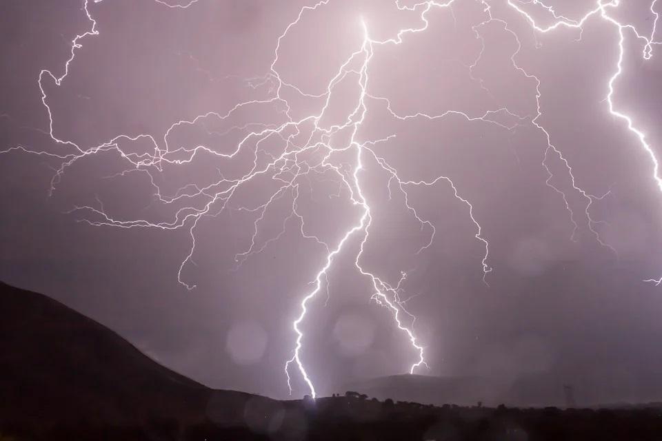 Zdjęcie przedstawia wyładowania atmosferyczne w trakcie burzy.